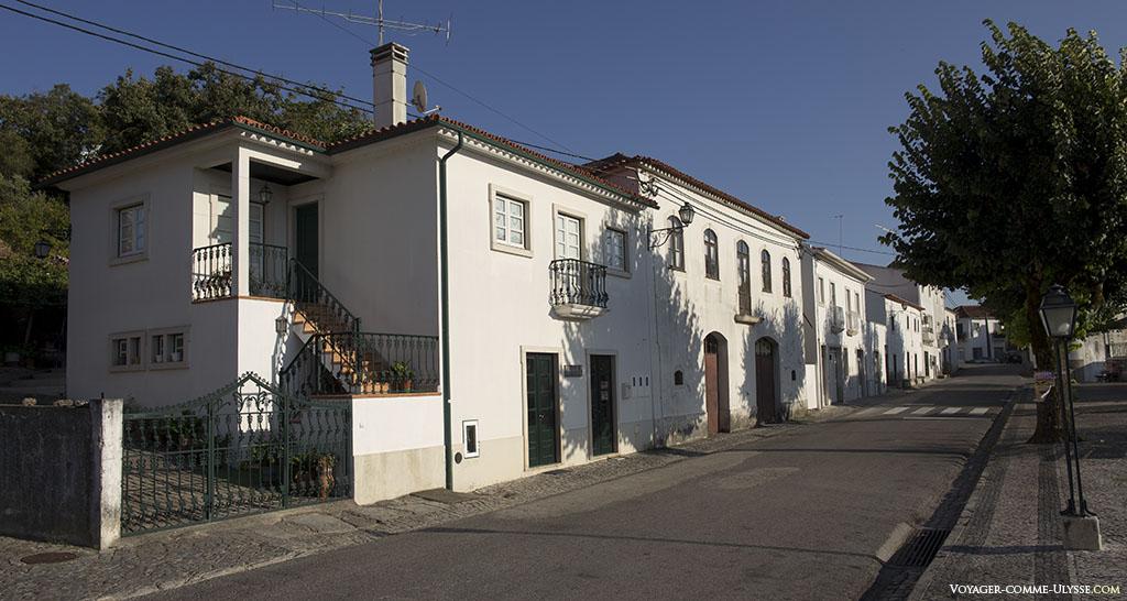 Les maisons sont de toutes beauté, quand elles sont restaurées et bichonnées comme ici, sur la rue principale, la Rua da Fonte da Vila.