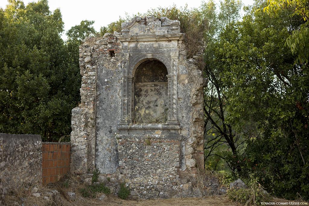 Cette niche faisait partie de l'ancienne chapelle du Palais des Ducs d'Aveiro, tombés en disgrâce à la suite d'un attentat manqué contre le roi D. José.