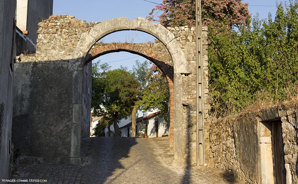 Arcs de ce qu'il reste des anciens portails.