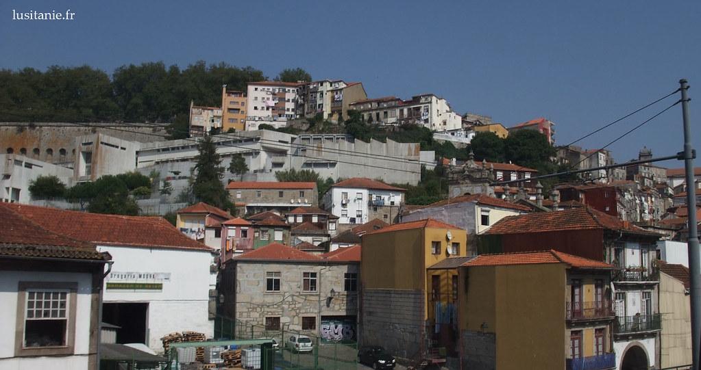 Les maisons se superposent sur les collines de Porto, le long du Douro.