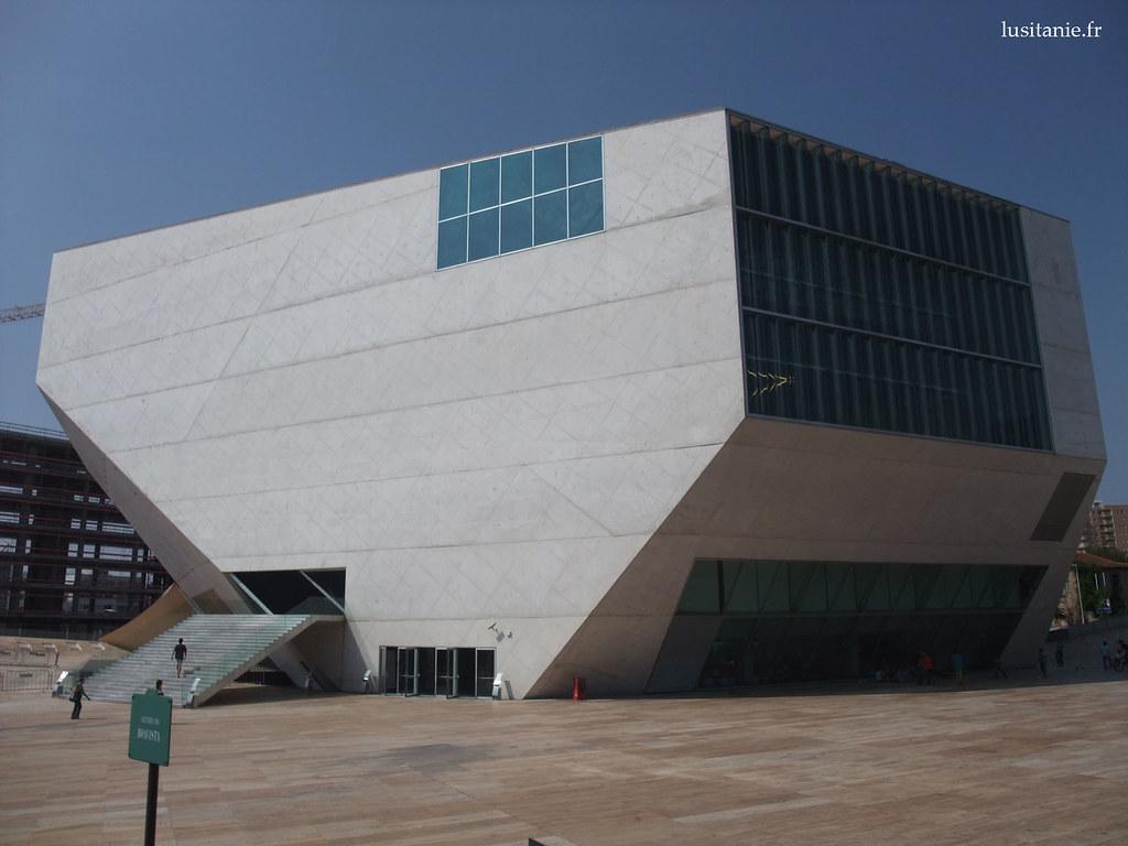 Cette forme géométrique étrange est la Casa da Musica, maison de la musique, initialement prévue pour Porto, capitale européenne de la culture en 2001. Elle ne sera finalement inaugurée qu'en… 2005.