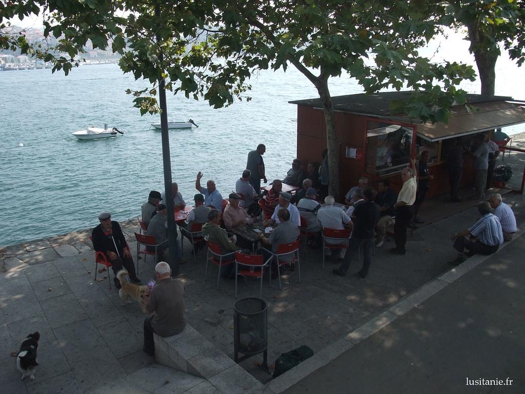 A l'ombre des arbres, au bord du fleuve, les habitants aiment venir jouer aux cartes entre amis.