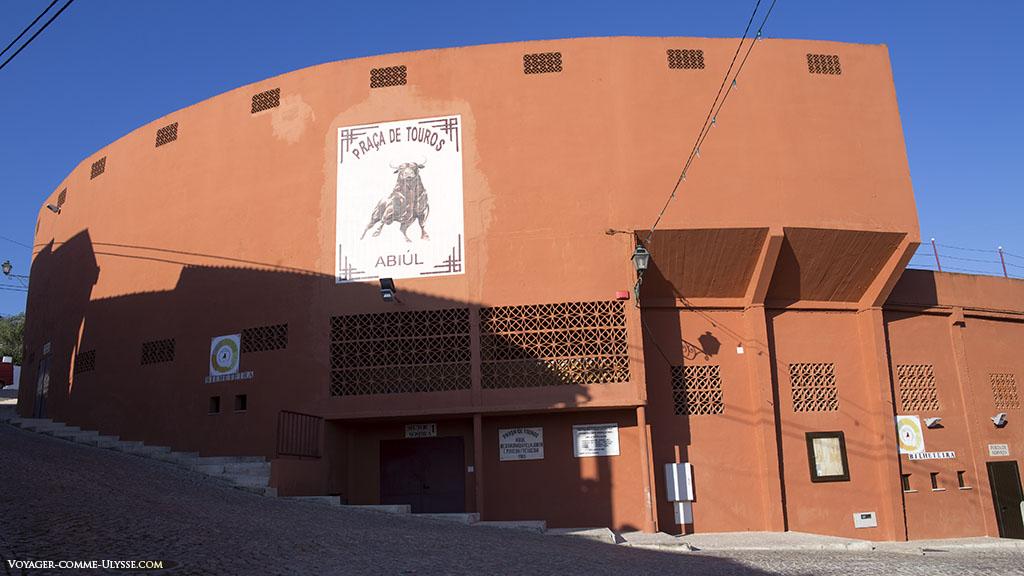Les murs orangés des arènes d'Abiul. Tant de Touradas, les corridas portugaises, ont eu lieu ici!