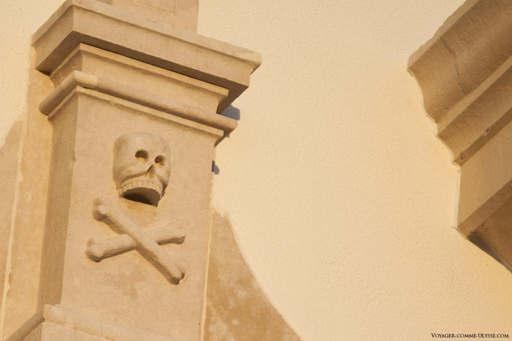 Cette tête de mort, que l'on retrouve plus souvent sur les drapeaux pirates que sur une église est ici bien en évidence sur les murs de Nossa Senhora das Neves