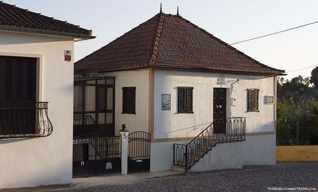 Sur cette petite maison coquette, le nom du propriétaire est affiché au dessus de la porte, en azulejo.