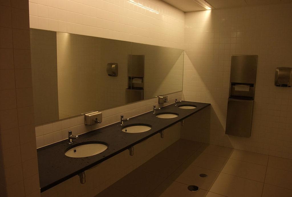 Toilettes en sous-sol de l'église
