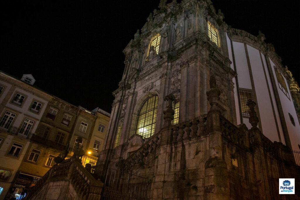 La façade de l'église.