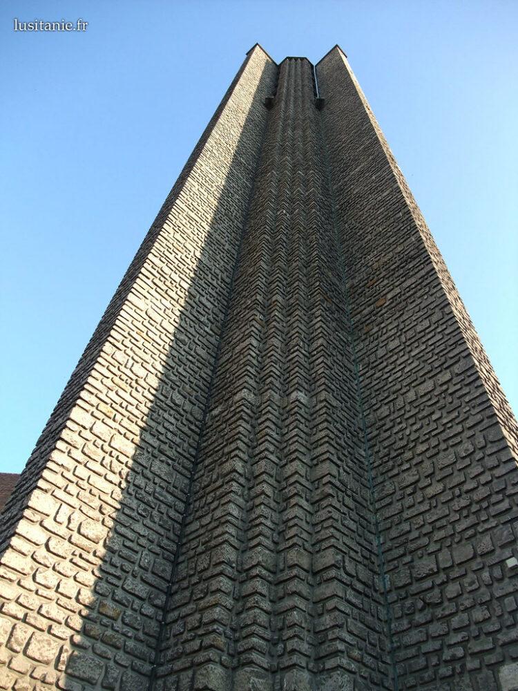 Imposant clocher, séparé de l'église.