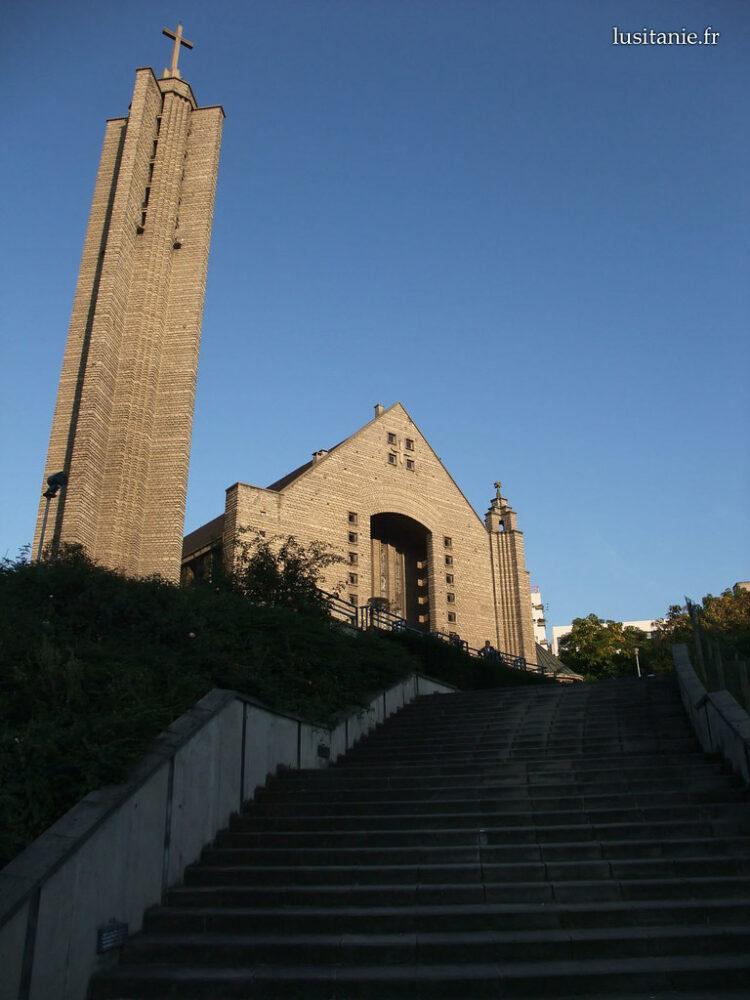 Marches devant l'église